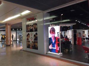 Ecran led vitrine shampoo expert en galerie marchande
