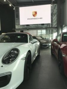 Mur vidéo led pour les concessions automobile Porsche